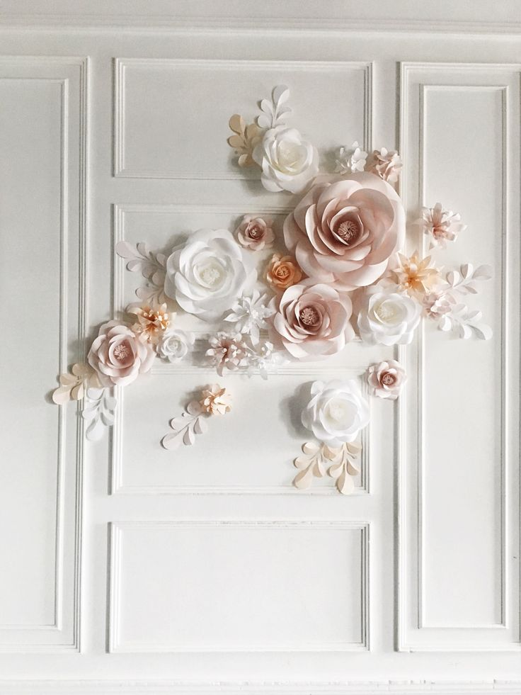 Paper Flower Backdrop for your wedding? Yes, please! Your guests would be definitely in awe by this soft-hued paper flower arrangement that works perfectly well as a background installment, bringing a romantic and elegant feel all at once! With such floral set up ( especially in your custom colors) you would be able to achieve a dreamy result! #GiftGuide #Giftsforher