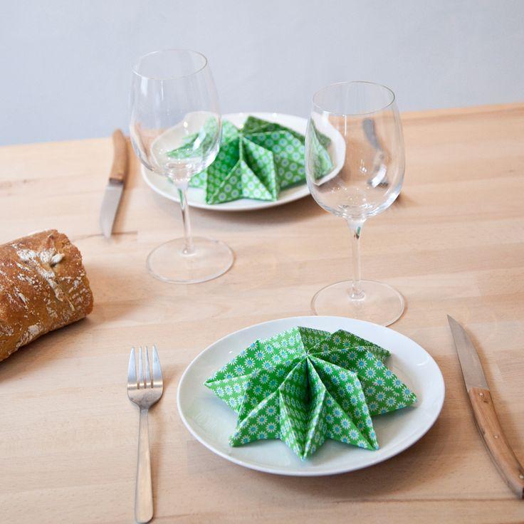 Réaliser un pliage de serviette en étoile  : Pour épater vos invités, décorez votre table avec des serviettes joliment pliées. Nous vous proposons un pliage en demi-étoile, original et facile à réaliser. Armez-vous de jolies serviettes en papier (plus faciles à travailler) et suivez le guide !