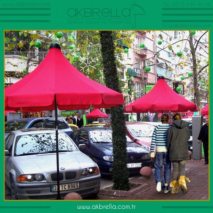 Bir İstanbul sokağında kullanılan bu 200 cm çapındaki kırmızı pagoda şemsiyeler sıcak bir sokak ortamını oluşturmak için mekanımızın olduğu alana farklı bir değer katabilecek güneş şemsiyelerden biridir, bazen bu güneş şemsiyeleri demek ki amacı dışında da kullanılabilmekte olup yüksek reklam değeri kazandırabiliyor.