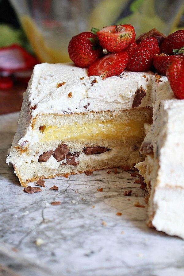 Tårtornas tid är kommen! Student, bröllop, avslutningar mm.  Då behöver man ett bra recept som är lätt och enkelt. I den här tårtan så är det en daimfrosting med en vaniljfyllning.  När jag bakar sockerkaksbotten använder jag likadelar receptet. (googla lika delar tårtbotten så kommer du till receptet) Man använder sig [...]