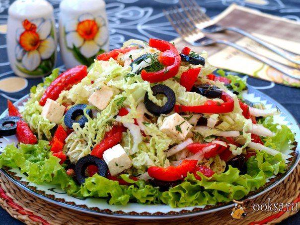 Овощной салат с пекинской капустой, маслинами и брынзой Предлагаю вам разнообразить повседневный стол и приготовить овощной салат с пекинской капустой, маслинами и брынзой. Салат получается освежающим и очень лёгким. Заправка из оливкового масла позволяет употреблять такой салат тем, кто следит за своей фигурой, а также салат хорошо дополнит любое мясное блюдо или гарнир.