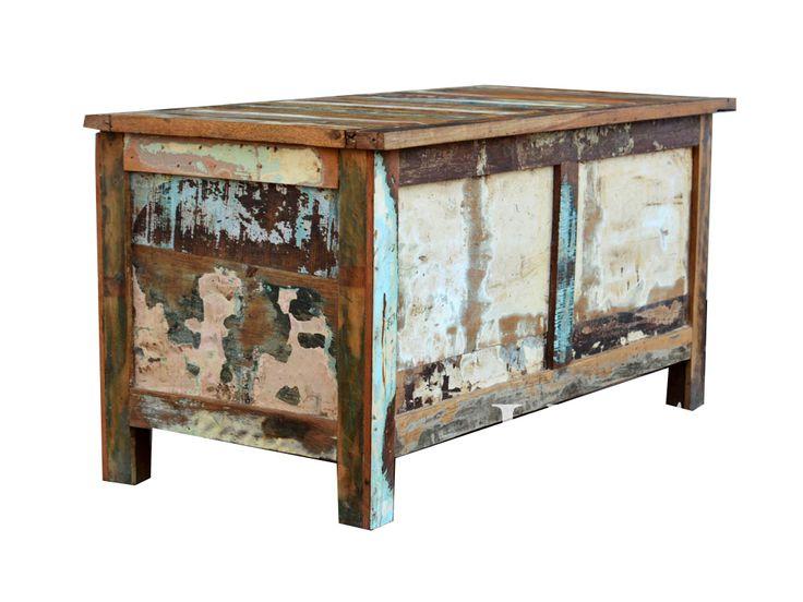 Przecierane meble z widocznymi wieloma warstwami farby to najnowszy trend we wnętrzarstwie . Kolejne warstwy farby pokazują upływ czasu w meblach wykonany z egzotycznego drewna pochodzącego z odzysku. Skrzynia pięknie zaprezentuje się w stylowym wnętrzu jak i w otwartej, loftowej przestrzeni.