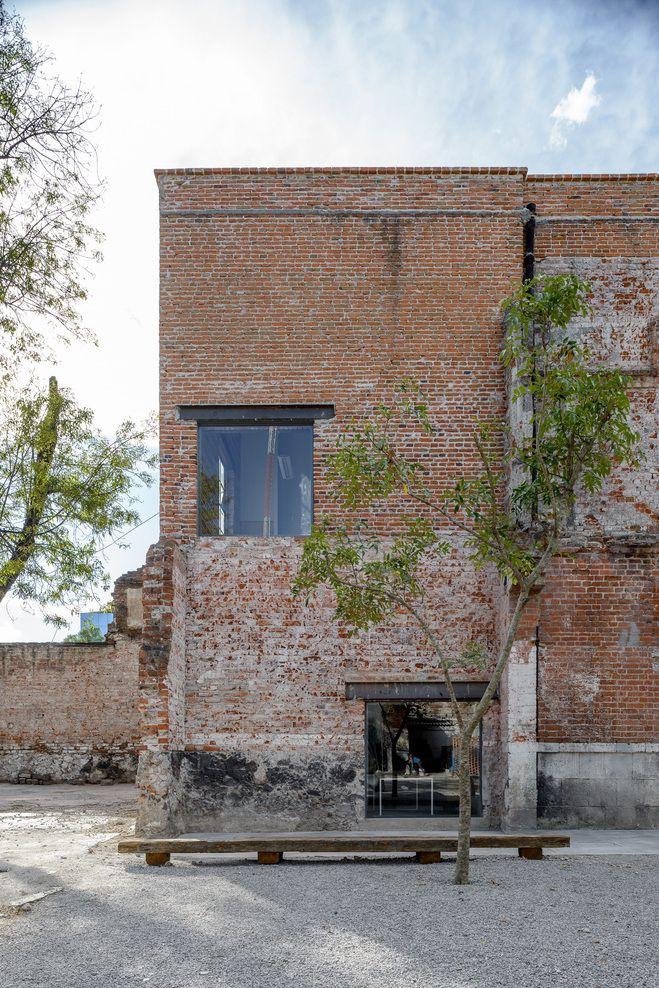 Dem Architekturbüro R-Zero gelang eine beeindruckende Umnutzung eines alten Backsteinbaus in Mexico City. Mit punktgenau platzierter Möblierung und der Ins