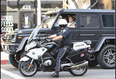 Justin Bieber narrowly avoids traffic ticket for not wearing a seat belt