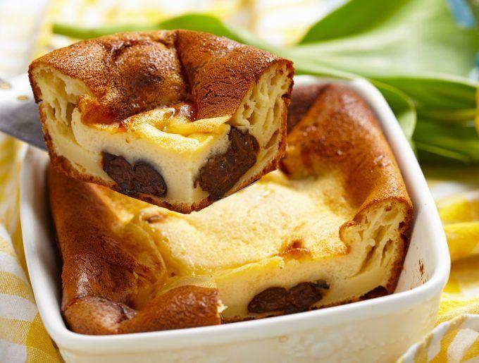 O prăjitură de casă cu o textură cremoasă ca de budincă, asemănătoare celebrului Clafoutis, Far Breton e un desert franțuzesc (zona Bretania, mai exact) pe care dacă îl faci o dată, îl vei repeta des. Ușor de făcut, din ingrediente simple și ușor de găsit la orice magazin. Bate cu ajutorul unui mixer laptele, ouăle, …