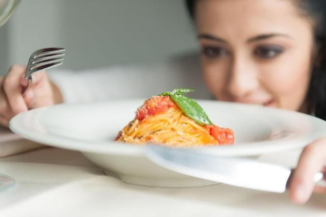 Jak często denerwujesz się na siebie, że przecież mogłaś nie zjeść dokładki? Myślisz sobie, że teraz nie siedziałabyś objedzona w fotelu i miała więcej energii? #NAWYKI #JEDZENIE #KOBIETA #PORADY