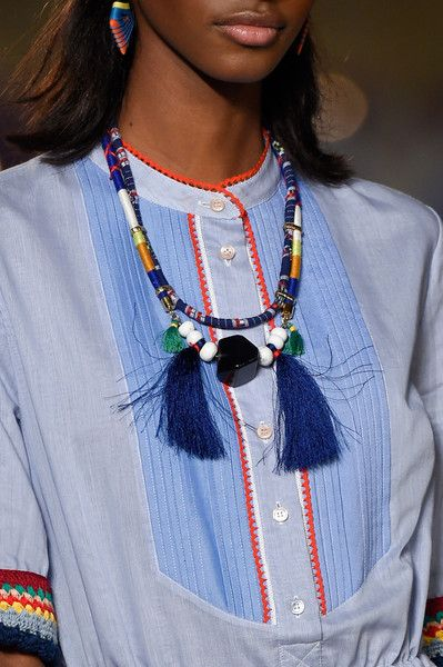 Tommy Hilfiger at New York Spring 2016 . Indianer inspirert , både i smykker og klær , knallfint