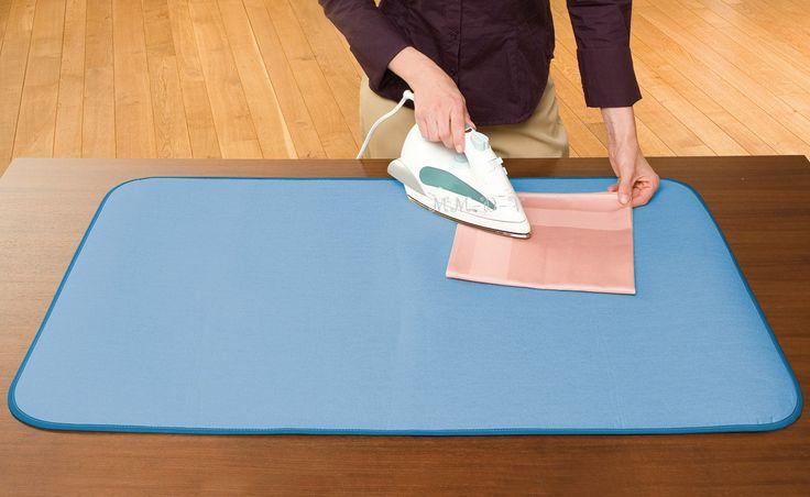 Bügelkomfort auch ohne Bügelbrett.  Mit der Thermo Bügeltisch-Auflage funktionieren Sie fast jeden Tisch problemlos zum Bügelbrett um.  Einfach auf den Tisch legen und schon bügeln Sie munter drauf los.