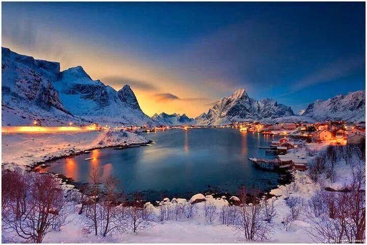 REINE. Declarada en la década de los 70, la localidad más bonita de Noruega. Reine es puerto comercial desde 1793 y un destino habitual entre los cruceros por los Fiordos noruegos. Situada en las Islas Lofoten, es una localidad muy pintoresca rodeada de espectaculares montañas, destino obligado para todo aquel que visite Noruega.