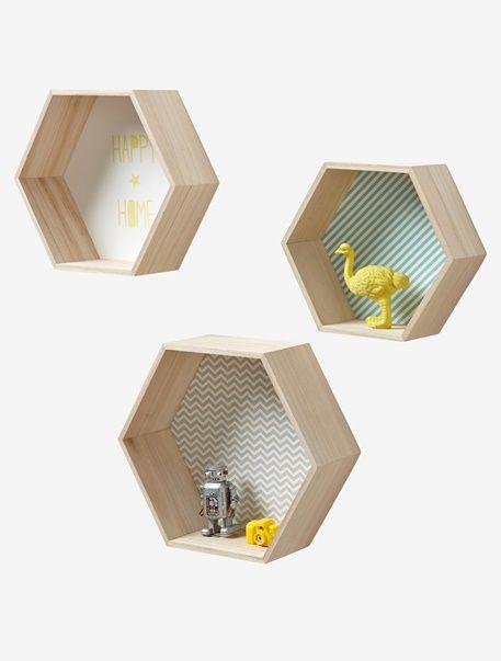 Trois jolies étagères à la forme originale avec trois imprimés différents ! À vous de les accrocher, ou de les poser comme vous voulez...  DIMENSIONS   3 tailles : - 26 x 30 cm, épaisseur 14 cm - 23 x 26,5 cm, épaisseur 13 cm - 20 x 23 cm, épaisseur 12 cm  Forme hexagonale. 3 imprimés différents : rayé vert, gris et jaune.   L'INFO EN +   S'accroche au mur.   Etagères enfant 100% bois paulownia.     ;