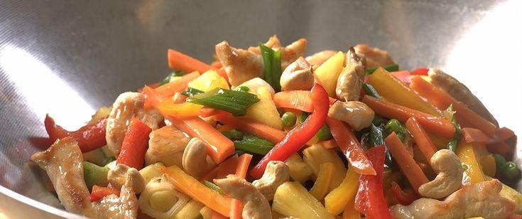 En wokrett med masse grønnsaker og sursøt saus og som sammen med kylling utgjør en rask og velsmakende middag. Serveres med kokt ris eller brød.