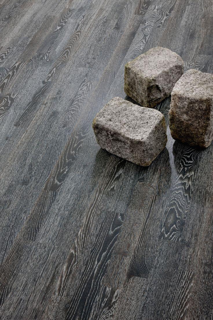 Parchetul din lemn de stejar Promenade Grey este periat aspru, baituit si finisat cu ulei colorat. Gaseste-ti sursa de creativitate in stilul vietii urbane si simte-i pulsul nesfarsit cu modelul Promenade Grey! Acesta imita nuantele si texturile pavajelor marilor orase. Parchetul din lemn de stejar Promenade Grey este periat aspru, baituit si finisat cu ulei colorat.