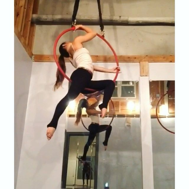 I loooove flowy dancy lyra. But I also think theres something to be said about clean lines and static movements this one inspired by @tribe_hoop_girl #lyra #dance #aerial #silks #pole #gymnastics #acro #yoga #splits #wineglass #bowandarrow #strength #balance #fitgirls #circus #contortion #aerialhoop #cerceau