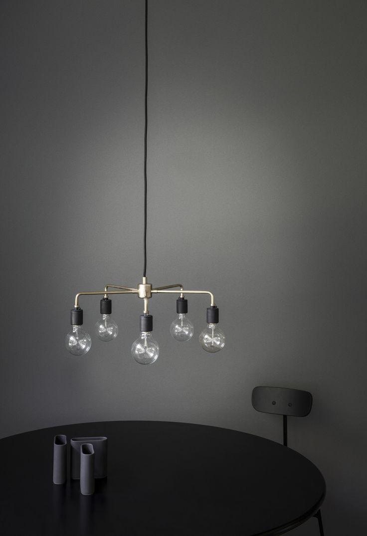 LAMPA WISZĄCA MARKI MENU Minimalistyczna lampa marki Menu została zaprojektowana przez nowojorskie Soren Rose Studio. Jej prosta i industrialna stylistyka odwołuje się do Nowego Jorku z lat 30. XX wieku.
