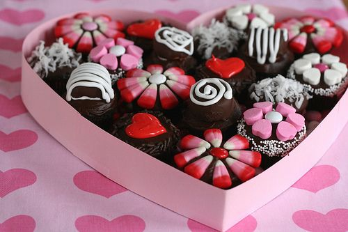 Box of chocolate cupcakes! This is such a sweet idea using mini cupcakes and candy decorations.