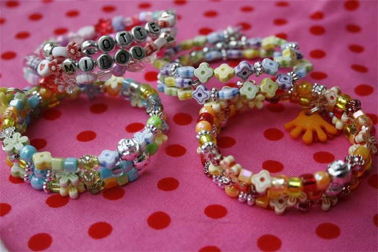 Armbanden van memorywire : Maken van armbanden met memorywire zijn een eyecarcher aan je pols. Aan een armband met 3 ringen rijg je de leukste kralen. om de armband helemaal af te maken maken we er vrolijke bedels aan.