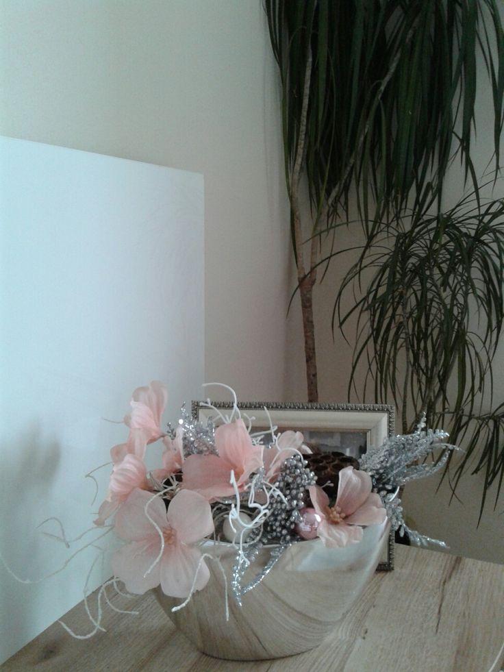Moderní+vánoční+aranžmá+s+ojíněnou+sakurou+Luxusní+vánoční+dekorace+s+ojíněnou+sakurou.+Délka+33cm,šířka+21cm,výška+23cm.