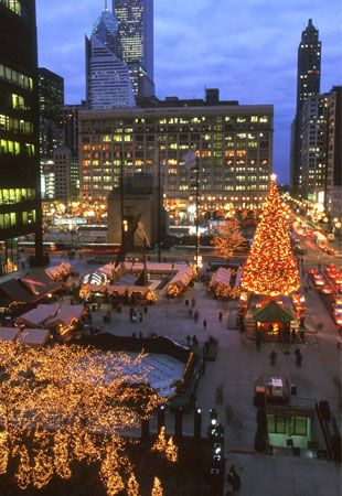 The 55-foot Colorado spruce that Chicagoans lit up at Daley Plaza the day before & 25 best Holiday Inspiration images on Pinterest   Christmas lights ... azcodes.com