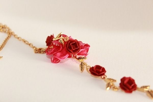 collier or et roses rouges