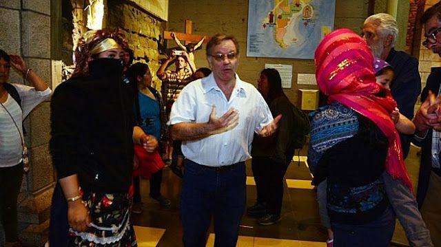 Los mapuches atacaron la Catedral de Bariloche en plena misa   Momentos de mucha tensión se vivieron en Bariloche cuando un grupo de mapuches atacaron la Catedral en plena misa después en el marco de estas protestas fue incendiada la sede de la intendencia de Parques Nacionales pero el fuego fue apagado rápidamente por el personal que trabaja en ese predio.  Los atacantes que protestaban por la muerte de un mapuche en un incidente con fuerzas de seguridad en un predio del Parque Nacional…