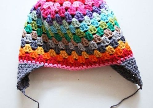 This rainbow beanie is like a color therapy! Seriously! All those colors combined in a beautiful pattern that looks so great and it's wearable! This Rainbow Beanie by Revlie Schuitcan be done in two different versions: with or without earflaps so it's basically perfect for at least three seasons. Crocheted with the lovely granny-square stitch …