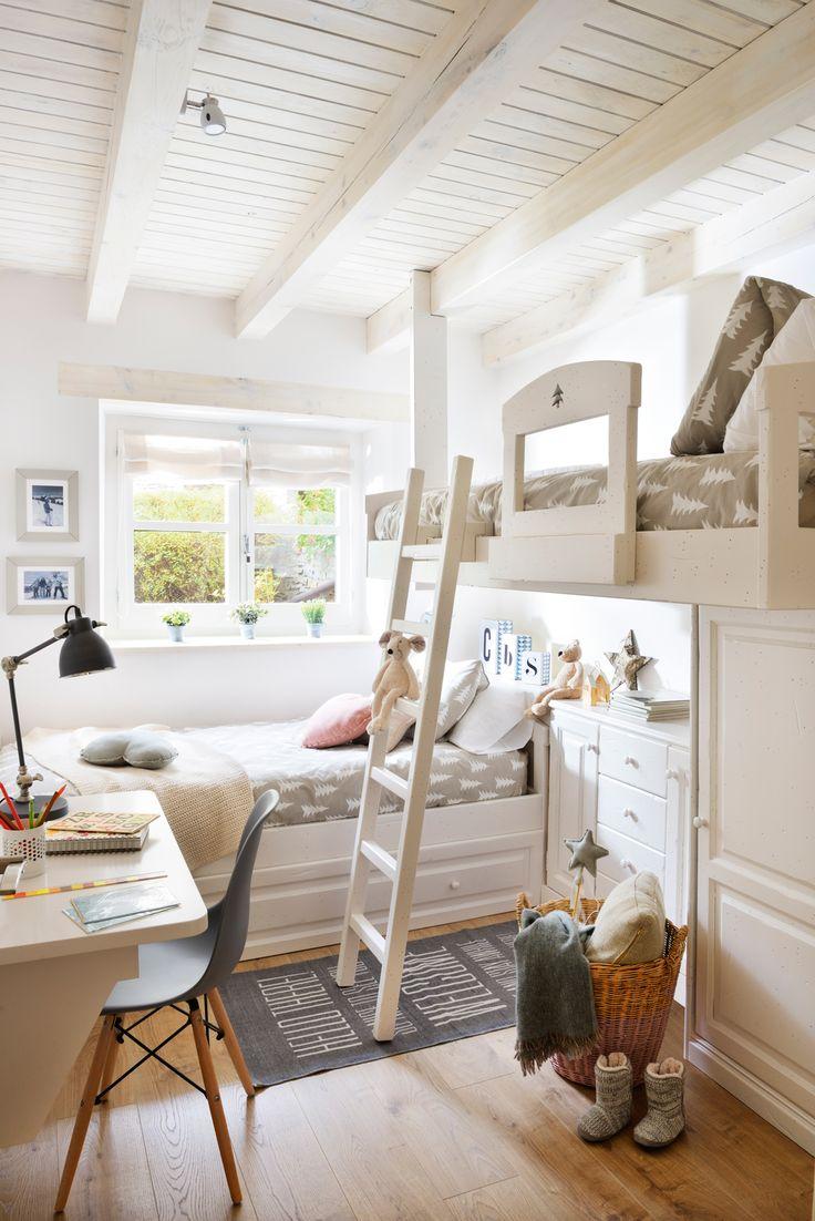 Habitación infantil con literas en L blancas, armario bajo, escritorio, silla, escalera, cesto de mimbre, vigas blancas y ropa de cama gris (417826)