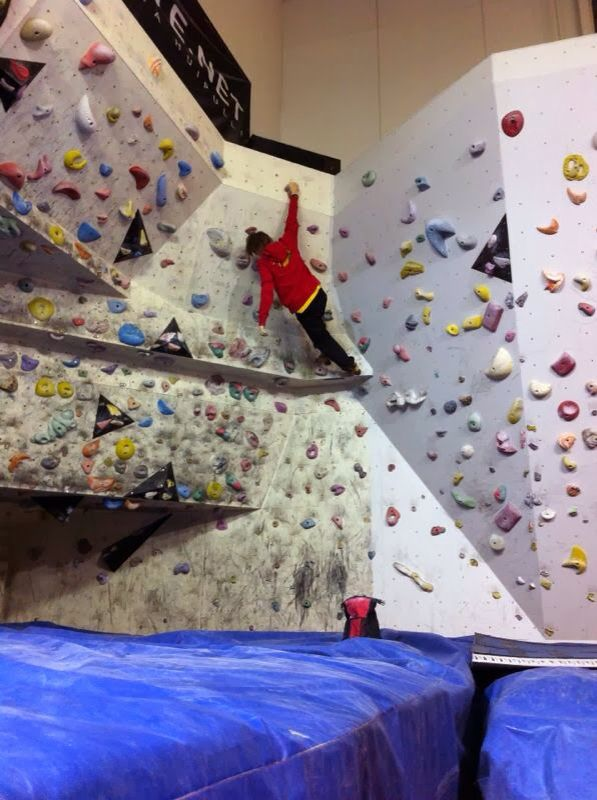 """Boulderointi myös saa aikaan """"sen fiiliksen"""" - jo pelkästä ajatuksesta; keho haluaa päästä siihen seinälle. Esim. perus lenkin ajatuksesta en saa niin kovaa kiksiä, että tulisi lähdettyä ilman syytä - paitsi jos ovelta pääsee suoraan metsään eikä tarvi edes avainta mukaan... Boulderointi, hiihto (mäet ja ulapat), (rulla)luistelu nopeilla luistimilla, pyöräily huippupyörällä saavat aikaan jo sen verran voimakkaan innon, että voi vähän säätääkin. Frendi(e)n kanssa inspaa myös perus lenkki…"""