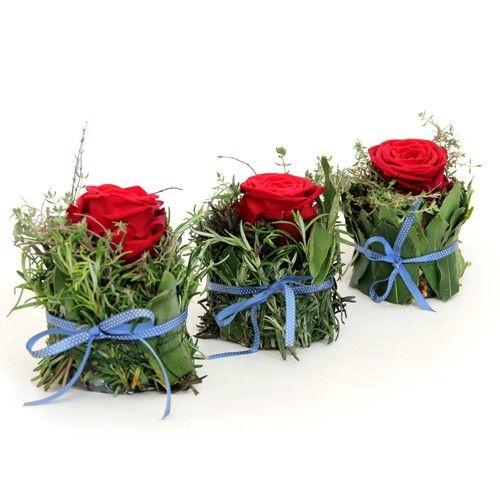 Rote Rosen auf Kräuterkissen; sieht sehr hübsch aus und riecht sicher toll!    #rote Rosen #Tischdeko #Spätsommer