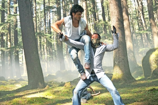 Commando promises to be a feast for the action lovers out there. You will be pleased to know that they canned the action scenes without the help of cables or dupes! Take a look at the interesting trailer of Commando featuring Vidyut Jamwal & Pooja Chopra.