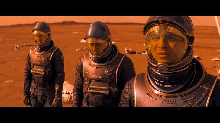L'ironia dei viaggi spaziali rielabora la struttura culturale, porti con te quello che sei, verso confronti inediti oltre i confini gravitazionali della tradizione terrestre. Le conquiste evolutive...