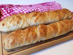 Saftiga glutenfria baguetter med inbakat vitlökssmör. Vitlöksbaguetterna passar utmärkt som tillbehör till nyårsmiddagen, soppa, grillat eller på buffé och picknick.