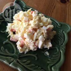 Салат из крабовых палочек, яиц, чеснока и сыра