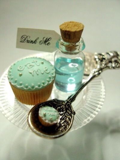 Alice In Wonderland | drink me bottle & eat me cupcake