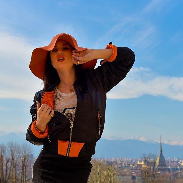 Buon #sexy venerdì a tutti 💋😜👩🏽💻pic by @zazyround #bomber @ellypistol 👌🏼✌🏼🔝 Welcome in #turin 🌐