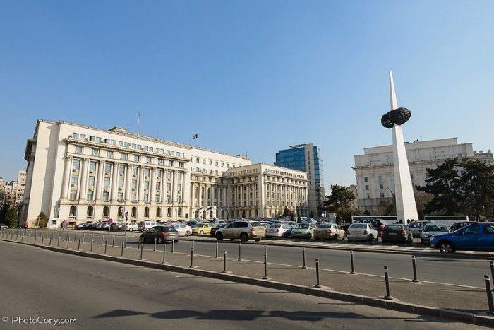 """În primul an de facultate, când m-am mutat în București, mă plimbam și eu ca turistul pe Calea Victoriei și mi-a atras atenția din nou monumentul din Piața Revoluției. Asta pentru că niciodată, nimeni nu știuse să-mi spună ce reprezintă, mai exact, și care îi e rolul tocmai acolo. Eram atunci cu o prietenă care statea de câțiva ani în Capitală și ea mi-a răspuns simplu, așa cum probabil ar fi răspuns trei sferturi dintre studenți: """"E un cartof."""""""