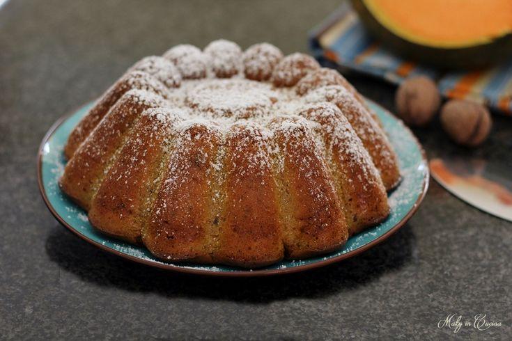 La Torta zucca e noci è un dolce autunnale e molto genuino soprattutto se considerate che, in questa ricetta, la zucca viene frullata completamente cruda...
