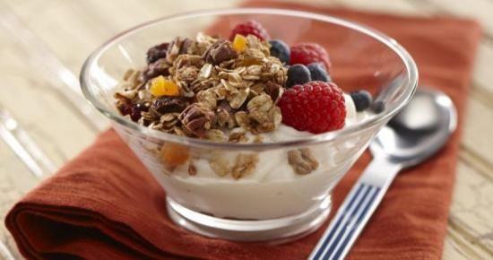 Débutez la journée du bon pied avec cette recette de Granola à la vanille et cannelle ! #bienfaire  #petitdejeuner #granola