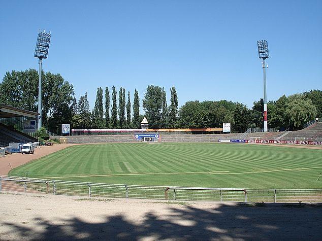 * Merck Stadion am Böllenfalltor * Inauguração: 1921. Capacidade: 16.500 lugares. Mandante: SV Darmstadt 98 / Diamonds Darmstadt. Darmstadt, Alemanha.