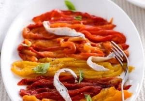 Kleurrijk voorgerecht of bijgerecht van gegrilde paprika reepjes. Gezond gerecht met weinig calorieën. Deze salade wordt normaal gesproken koud gegeten, maar warm is het een heerlijk groentegerecht en kan bij vele gerechten worden geserveerd. Personen: 4...