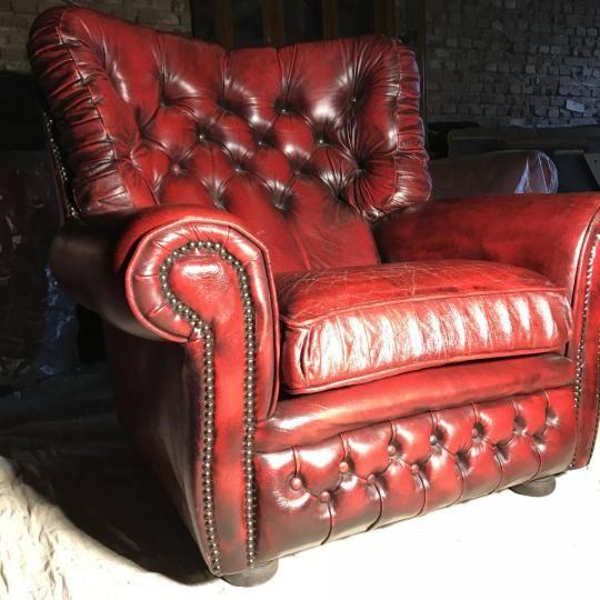 Eladó ez a Gyönyürű Antik chesterfield Marhabőr fotel! Aki ismeri a Chesterfield bútorokat annak nem kell bemutassuk.  Korához képest szép állapotban van.  Színe: Antikolt piros. Oxblood