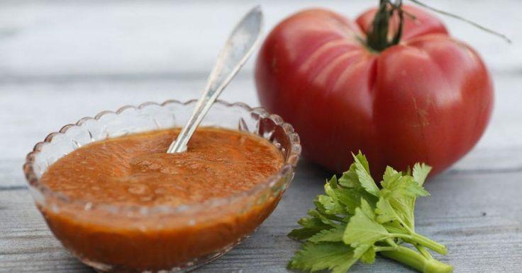 Några riktigt goda tomater, lite lök, ett knippe basilika och ett par deciliter vinäger. Sedan har du världens godaste ketchup.