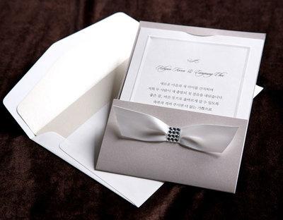 Elegant, elegant & elegant - Det är precis vad bröllopskort BH1082 är! Surfa in på www.Exklusivia.se för hela vårt sortiment.