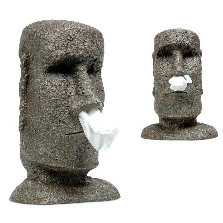 Tissue houder Moai  Iedereen kent deze bekende beelden wel van het Paaseiland. Deze beelden zijn erg bijzonder en heten Moai. Ze werden gemaakt van het lava uit de vulkanen. Zet dit beeld nu in je huis of keuken als tissue houder. De houder is te gebruiken in combinatie met elke standaard tissue box. De Maoi tissue houder ziet er net uit als de echte beelden op Paaseiland. Ze zijn gemaakt van hard plastic waardoor ze stevig blijven staan als je er een nieuwe tissue uitpakt.