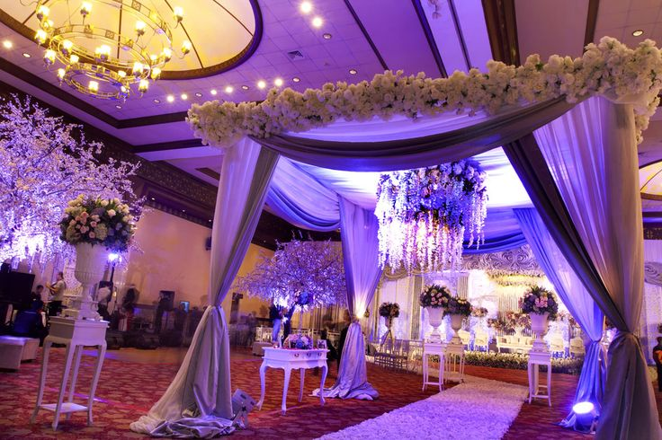 White Lavender #mawarprada #dekorasi #pernikahan #lavender #purple #wedding #decoration #jakarta more info: T.0817 015 0406 E. info@mawarprada.com www.mawarprada.com