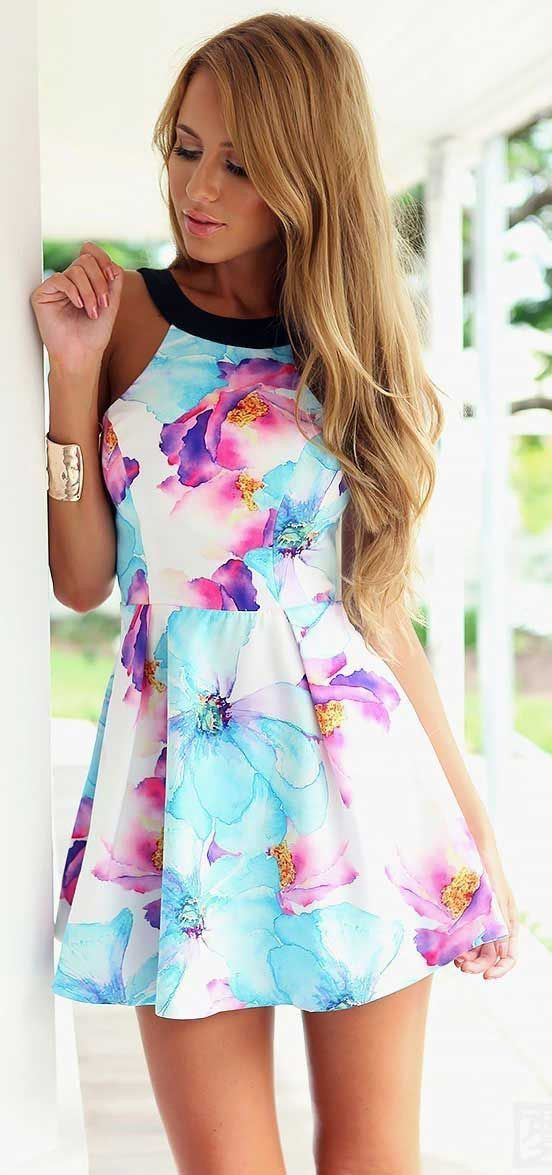 Watercolor Floral Skater Dress come in lovely floral pattern. It has halter neckline in contrast black color. Sweet but flirty, this floral a-line dress from JASSIE LINE is sure to become a wardrobe s