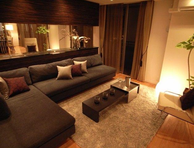 インテリアコーディネート リビングルーム|ソファの横と後ろがミラー! 広いお部屋が もっと広く見えちゃいます。 落ち着いた色のソファで 大人っぽく。