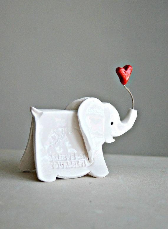 Escultura de elefante pequeño con palabras por TheBabyHandprintCo