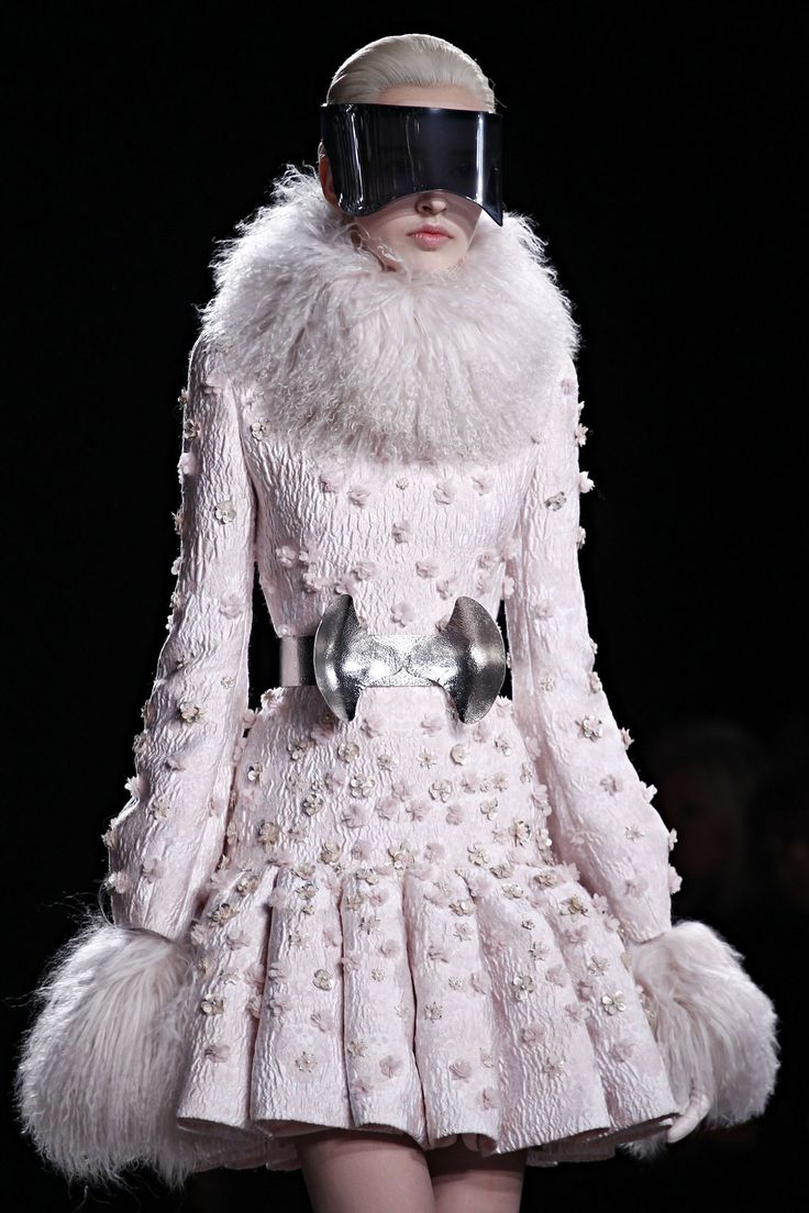 Sarah Burton – McQueen, Wedding Dresses, Twins & Biography (Vogue ...