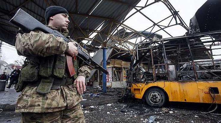 На востоке Украины продолжается вооруженное противостояние между правительственными силами и путинистами-террористами. В среду утром в ходе артиллерийского обстрела Донецка, контролируемого силами самопровозглашенной Донецкой народной республики, один из снарядов попал в автобусную станцию в центре города. Сгорело несколько автобусов, повреждена кровля автостанции, а также здание магазина. По данным представителей ДНР, 6 человек погибли, еще 8 получили …