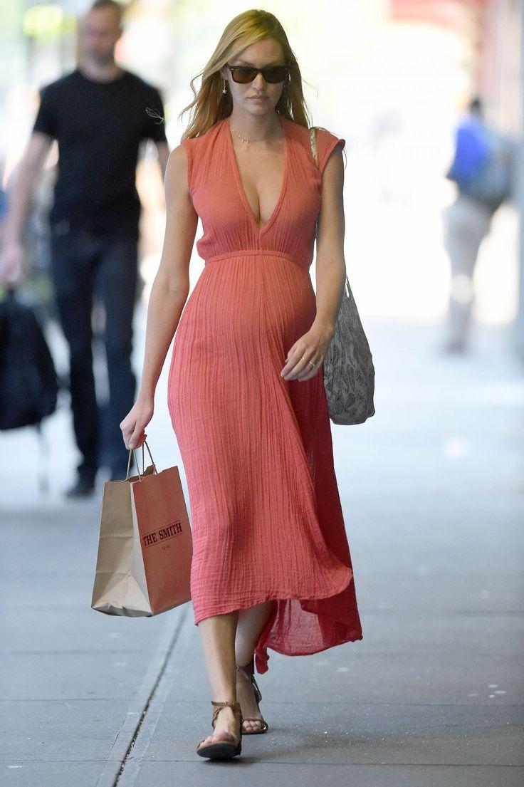 Candice Swanepoel grávida usa vestido longo salmão com sandália bege